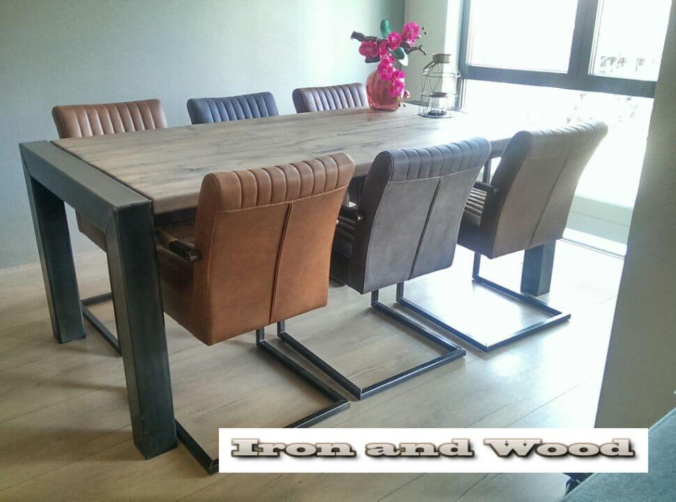 Industriele stalen tafel met oud eiken wagondelen blad