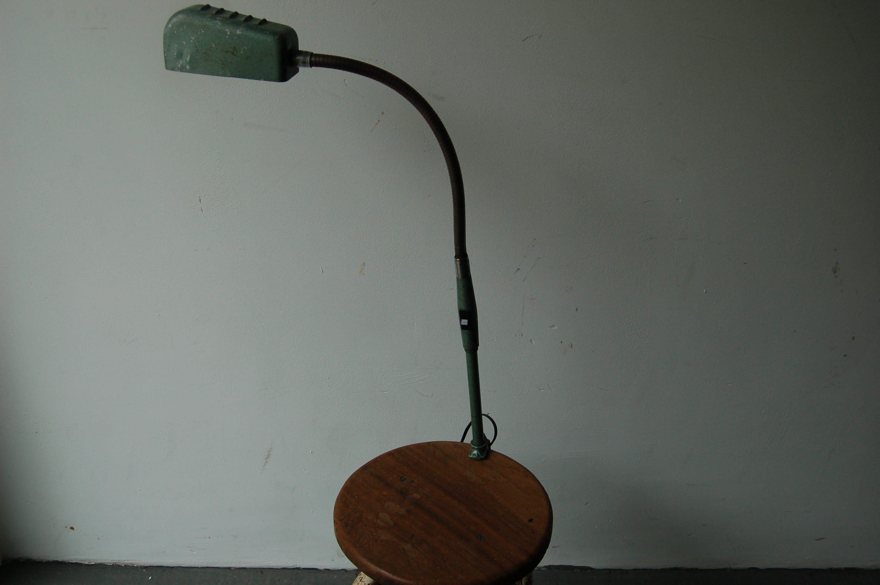 Oude groene vintage klemspot klemlamp
