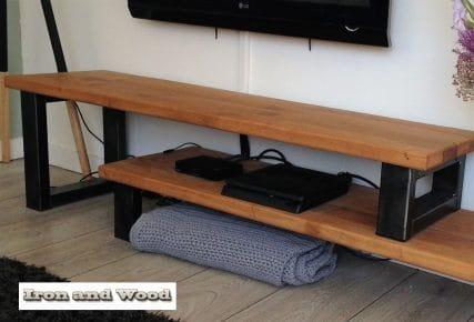 Industriele Tv Meubels : Industriele stalen salontafel met blad van oude eiken wagondelen