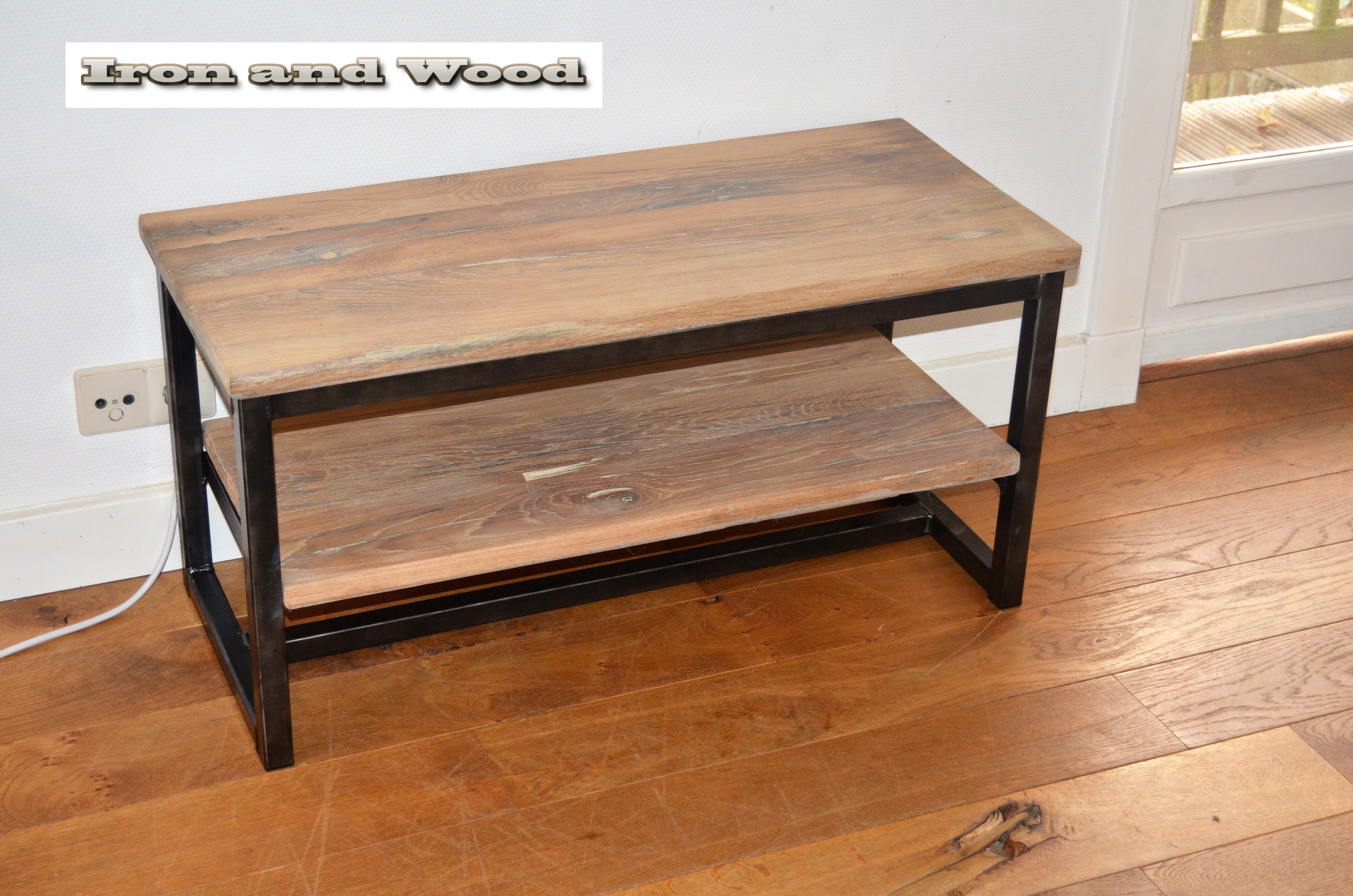 Industrieel tv meubel met onderblad van staal en oud eiken for Meubels industrieel