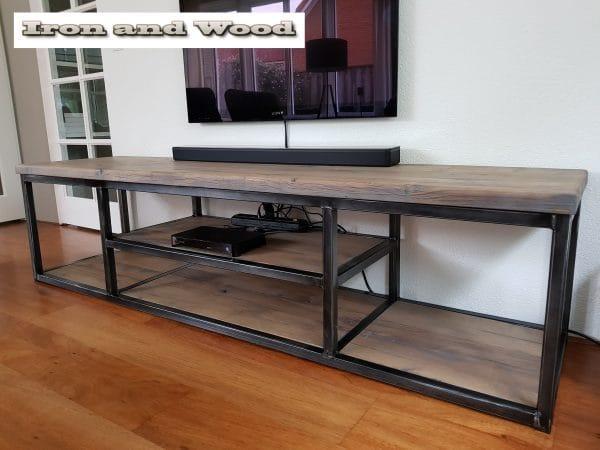 industrieel tv meubel met vakindeling van staal en oud