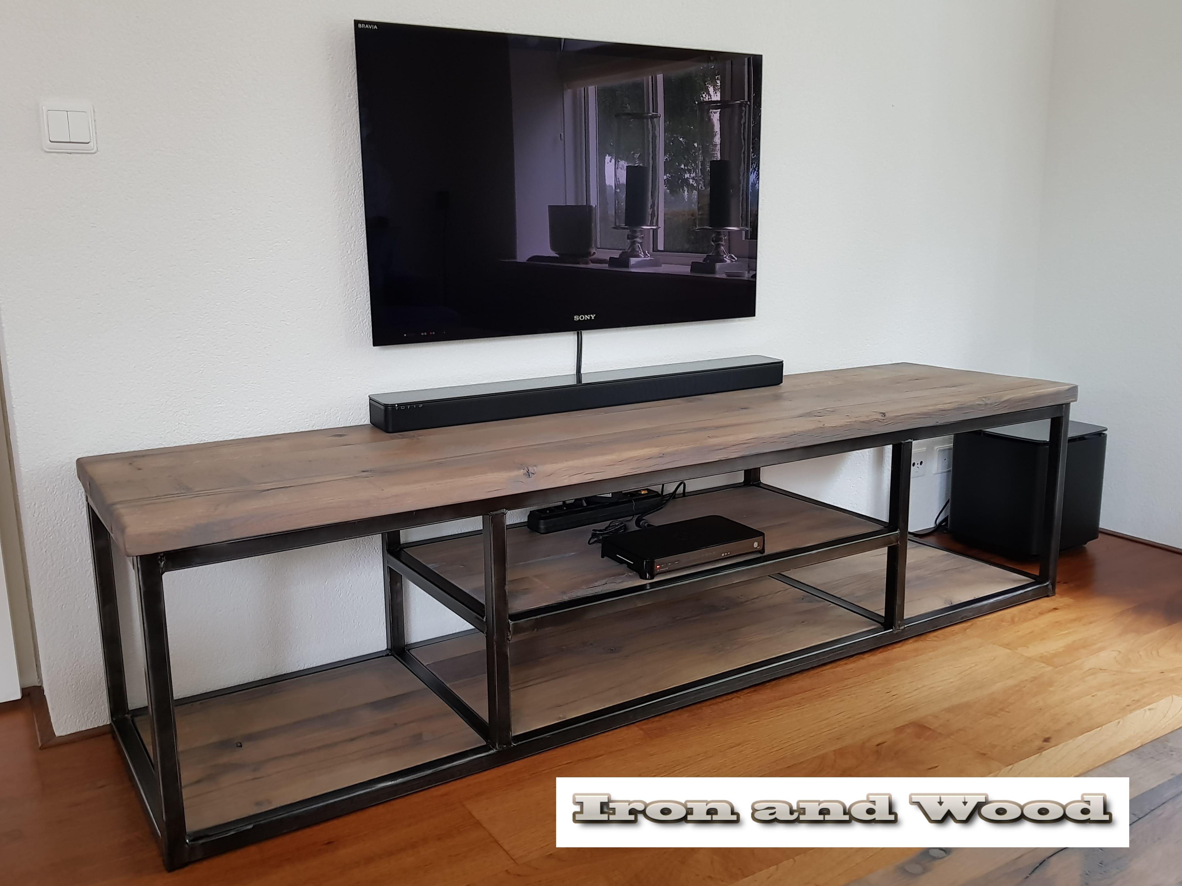 Industrieel tv meubel met vakindeling van staal en oud for Eiken tv meubel