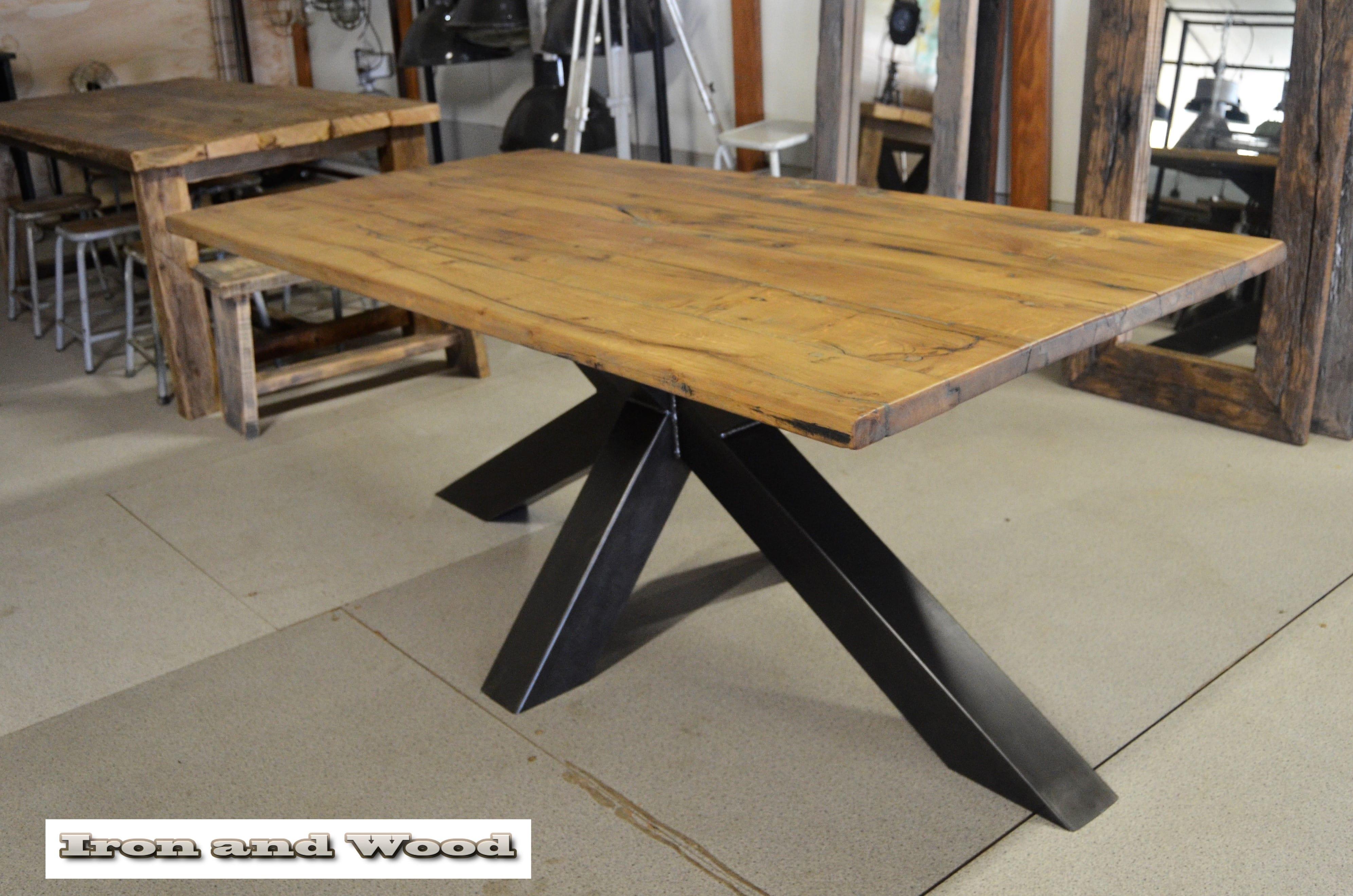 Industriele stalen tafel met matrix poot en oude eiken wagondelen