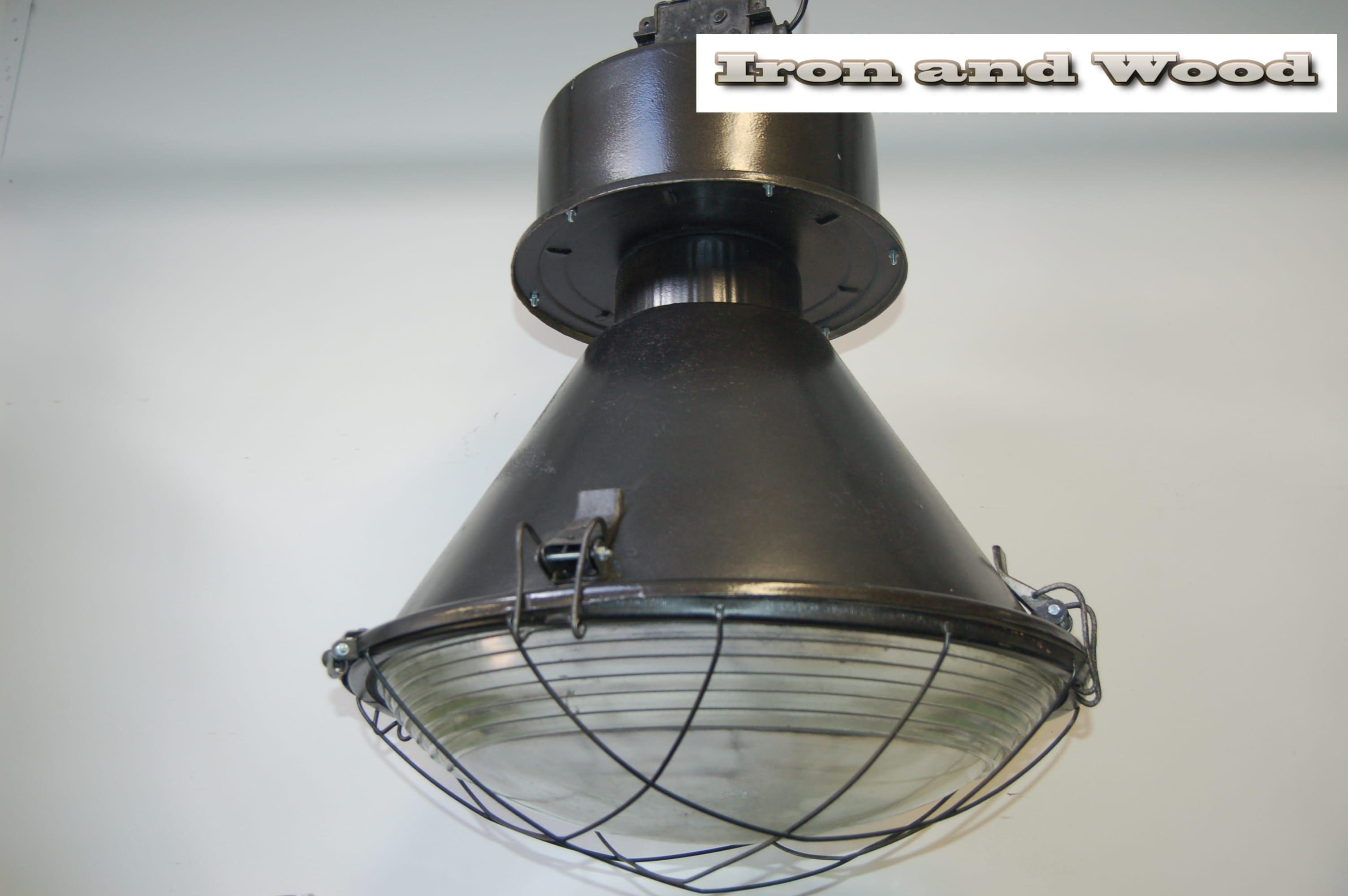 Onwijs Robuuste stoere Poolse fabriekslamp industrielamp. TU-63