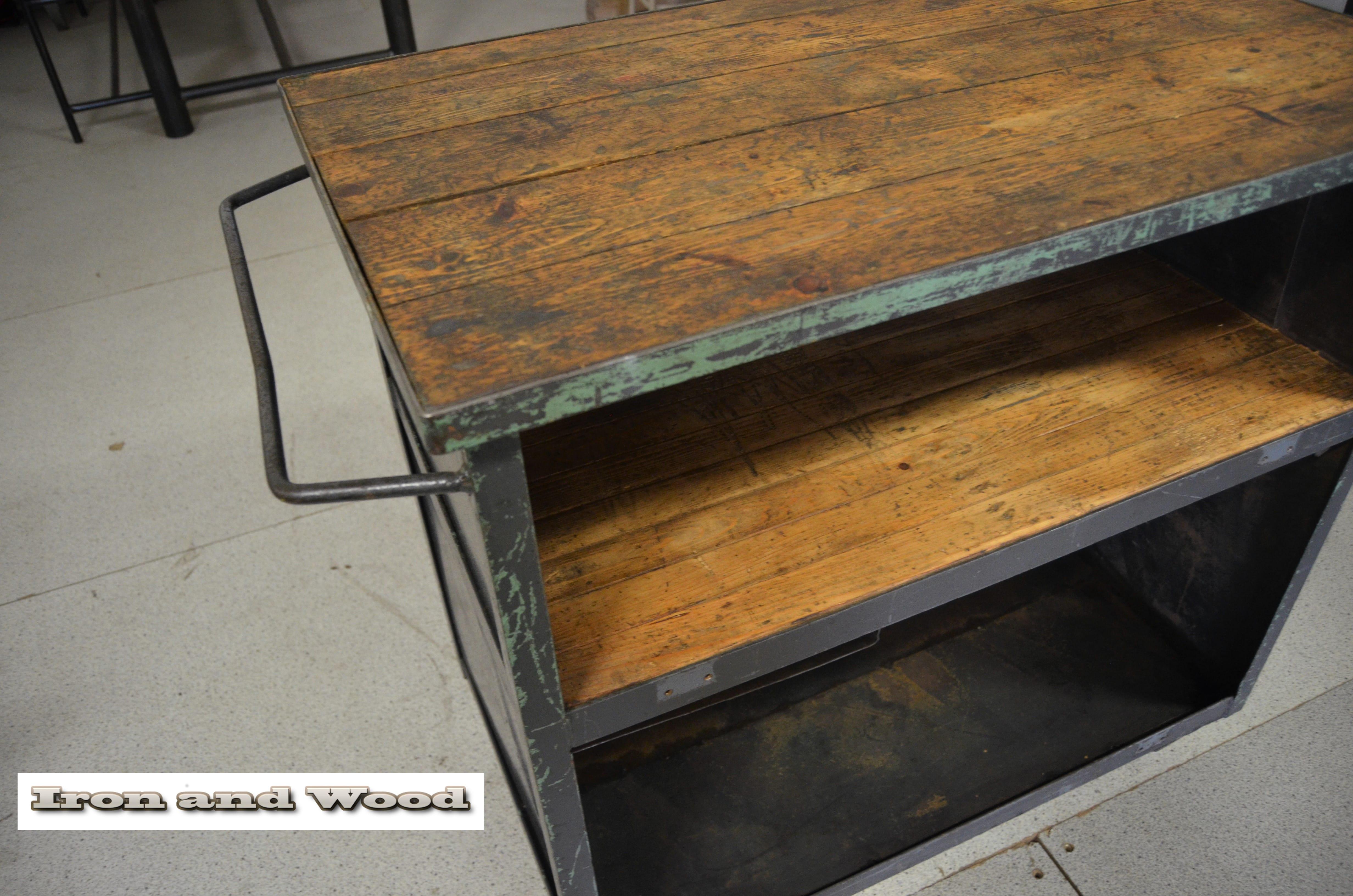 Industriele vintage oude grijs groene stalen keukentrolley mooi in