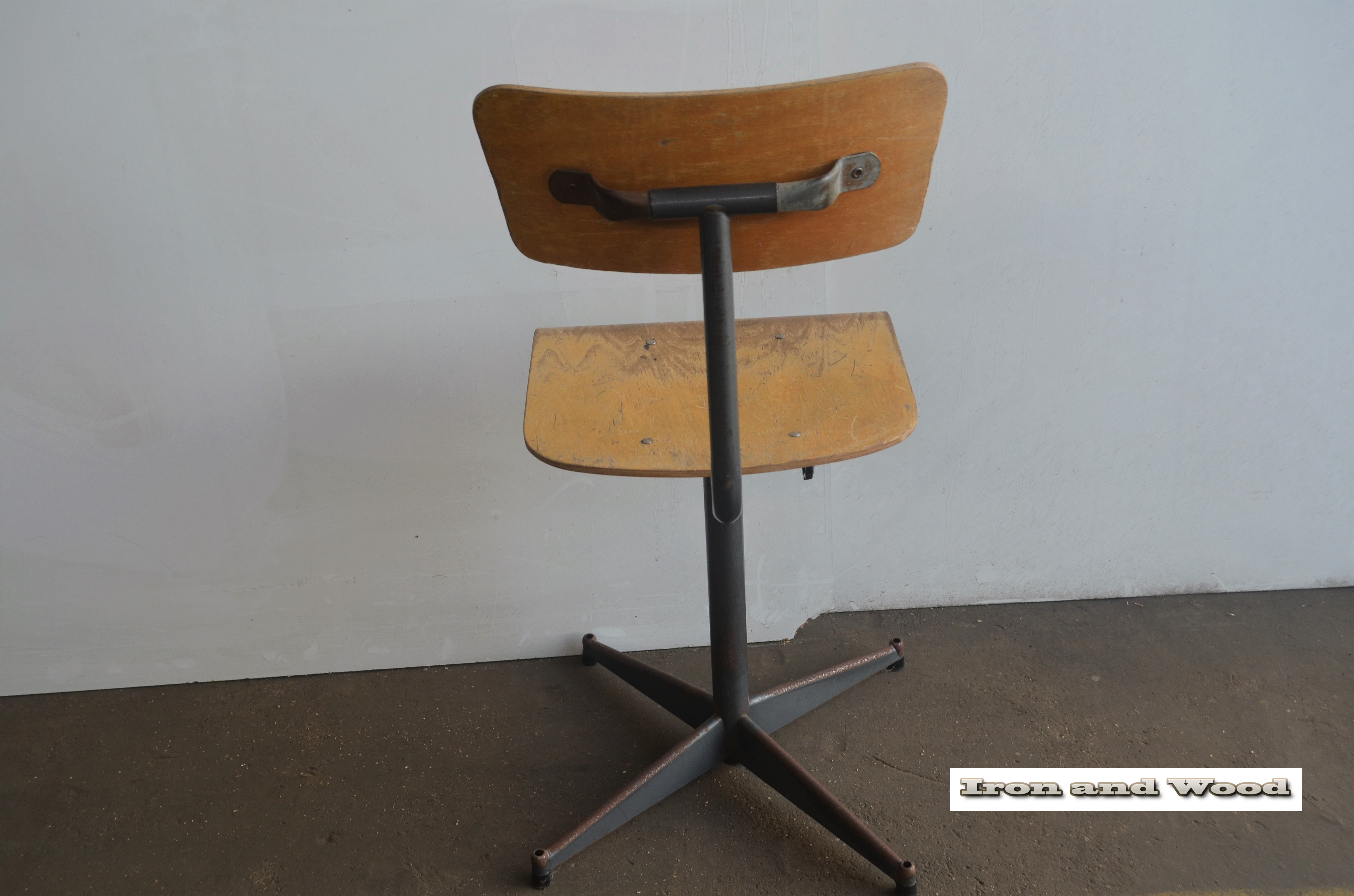 Mooie oude industriele vintage stalen bureaustoel met houten zitting